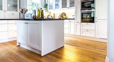 Stilvoll und wohnlich: Parkett im Küchenbereich
